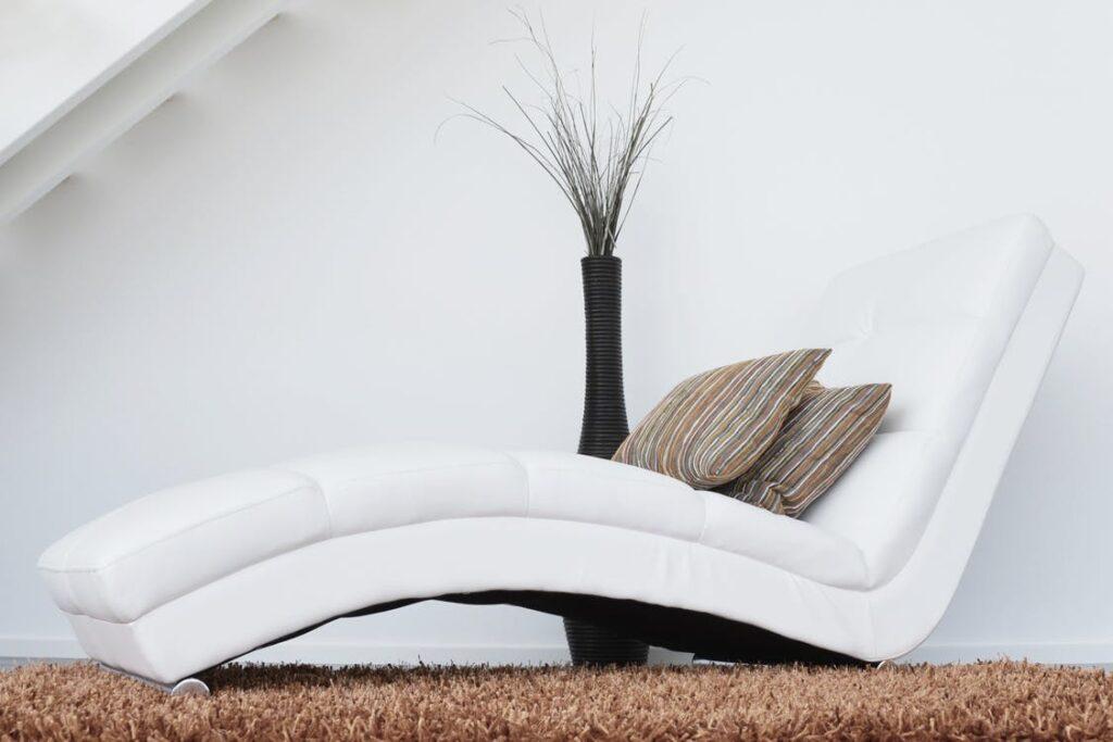 weißer Liegestuhl auf braunem Teppich